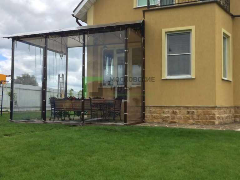 Мягкие окна на навесе пристроеном к дому